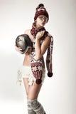 逗人喜爱的围巾佩带的妇女 免版税库存照片