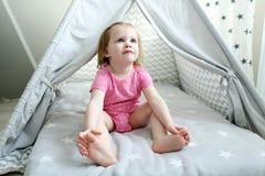逗人喜爱的2年圆锥形小屋帐篷的小女孩 免版税库存照片