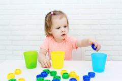 逗人喜爱的2年女孩由颜色排序细节 免版税库存照片