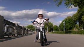 逗人喜爱的3 - 4年学会男孩的儿童骑第一辆连续平衡自行车 影视素材