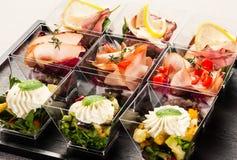 逗人喜爱的玻璃容器充满开胃菜 免版税库存图片