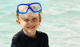 逗人喜爱的年轻男孩佩带的面具 免版税库存图片