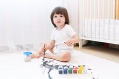 逗人喜爱的2年男孩油漆 图库摄影