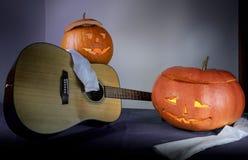 逗人喜爱的滑稽的万圣夜南瓜戏剧吉他和唱歌 文本的空间 图库摄影