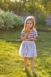 逗人喜爱的cauasian女婴和大棒棒糖 免版税库存图片