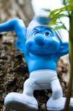 逗人喜爱的Smurfs在森林里 免版税库存照片