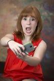逗人喜爱矮小红发青少年与手机 免版税库存图片