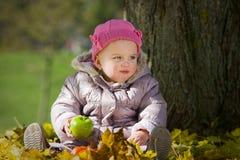 逗人喜爱苹果的婴孩 免版税库存照片