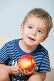 逗人喜爱苹果的男孩一点 库存照片