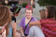 逗人喜爱青少年在与朋友的紫色 免版税图库摄影
