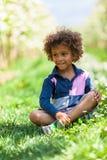 逗人喜爱非裔美国人小男孩使用室外 库存照片