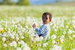逗人喜爱非裔美国人小男孩使用室外 免版税库存图片