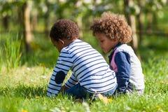 逗人喜爱非裔美国人小男孩使用室外-黑peopl 免版税库存图片