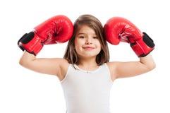 逗人喜爱,但是坚强的拳击手女孩 免版税图库摄影