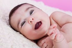 逗人喜爱,俏丽,愉快,胖和微笑的女婴画象,笑与大微笑 库存照片