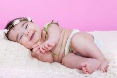 逗人喜爱,俏丽,愉快,胖和微笑的女婴,笑与大微笑 免版税库存图片