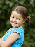 逗人喜爱,微笑的小女孩画象 免版税图库摄影