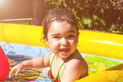 逗人喜爱,愉快,微笑的小孩女婴,使用在五颜六色可膨胀 免版税库存图片