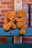 逗人喜爱teddybears耳语 库存照片