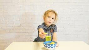 逗惹、嘲笑、假装孩子、孩子、女婴吃薯片的,份额和拉扯递,戏弄笑 影视素材