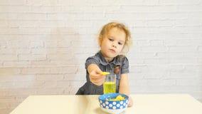 逗惹,嘲笑,假装女孩,孩子,孩子,婴孩,吃薯片和喝苏打 股票视频