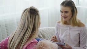 通信交谈女孩放松的采访 股票录像