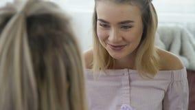 通信交谈聊天的女孩谈话 影视素材