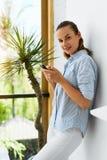 通信例证查出的技术向量 使用妇女的企业移动电话 图库摄影