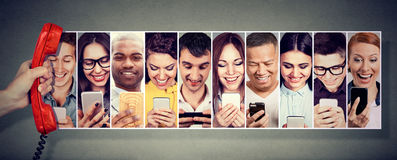 通信在通话中 使用流动巧妙的电话的愉快的青年人 免版税图库摄影