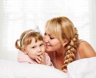 通信家庭 女儿小的母亲纵向 库存照片