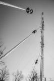 通信无线电铁塔支持的缆绳  库存照片