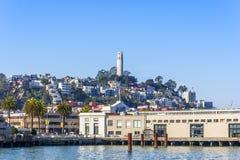 通信机小山& Coit塔旧金山加利福尼亚 免版税库存照片