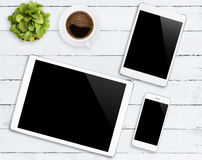 通信装置设备电话和片剂白色颜色在桌上定调子 免版税库存图片