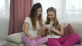 通信讨论女孩轻松的朋友 股票录像