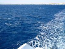 通入公海泡沫波浪运送 免版税库存照片
