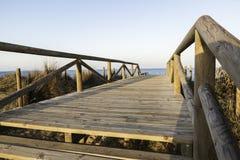 通入脚桥梁对海滩的 del guardamar塞古拉 西班牙 免版税库存照片