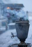 通入蒸汽的俄国式茶炊 库存照片