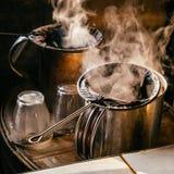 通入蒸汽的泰国传统茶制造商 库存图片