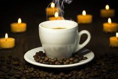 通入蒸汽的热的coffe -与豆抽烟和在backgroun的bokeh 免版税库存图片