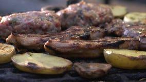 通入蒸汽的牛排和丸子在烤肉 影视素材