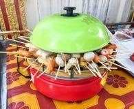 通入蒸汽的肉丸鱼丸和热狗 图库摄影