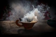 通入蒸汽的黏土杯子用在木桌上的香料在街道 静物画黑背景,尼泊尔 免版税图库摄影