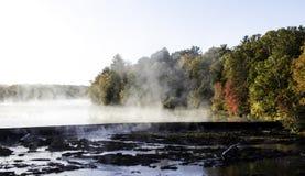 通入蒸汽的水在一个冷的秋天早晨 库存照片