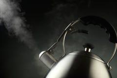 通入蒸汽的水壶 库存图片