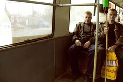 通勤在公共汽车上的两个工人阶级人画象  图库摄影
