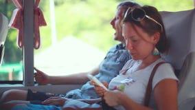 通勤在有他的妻子的一辆公共汽车上的打呵欠的疲乏的人 1920x1080 股票视频