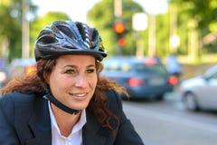 通勤在自行车的可爱的女实业家 免版税库存照片