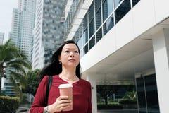 通勤的女实业家谈话在手机和 免版税库存照片