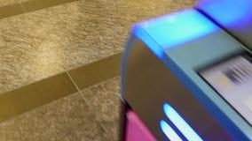 通勤者为自动入口使用地铁通行证卡片在火车票扫描器在日本火车stat 影视素材