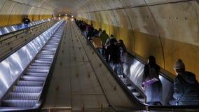 通勤者乘坐在华盛顿特区地铁站乐团的自动扶梯 股票视频